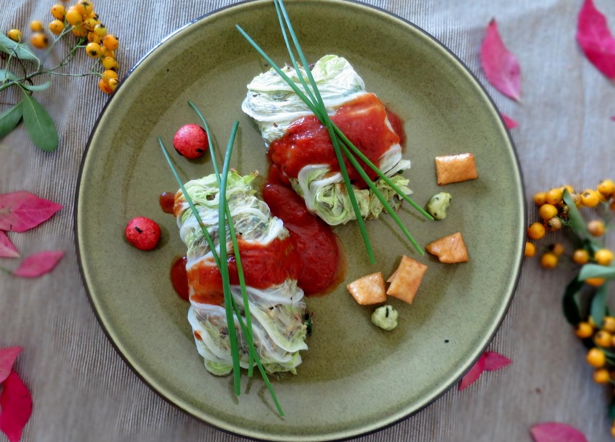 5-Spice Chinakohlrouladen mit Tomatensauce [vegetarisch]