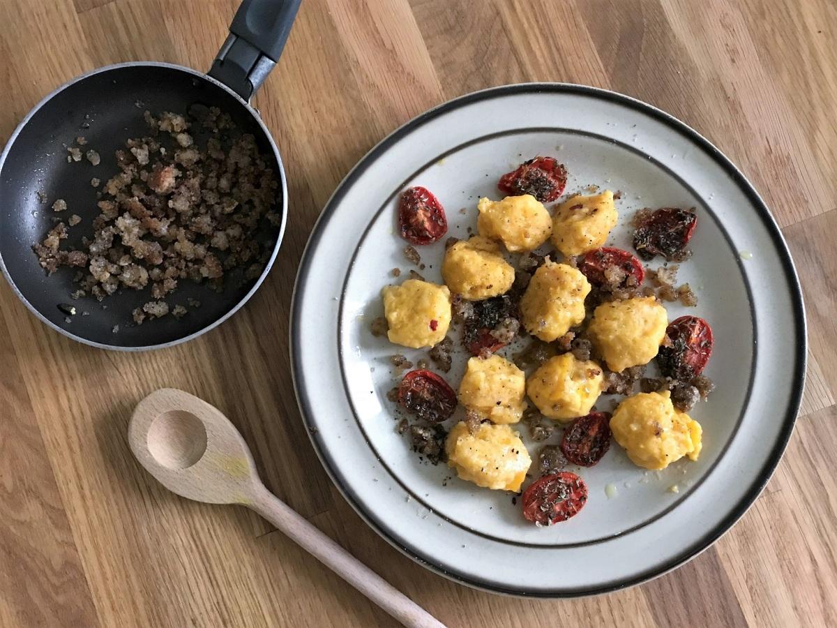 Kürbisgnocchi mit geschmorten Salbei-Datteltomaten und gerösteten Brotkrummen